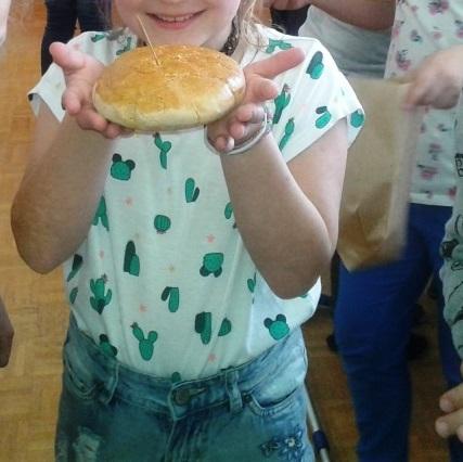 Tretješolci smo pekli kruh